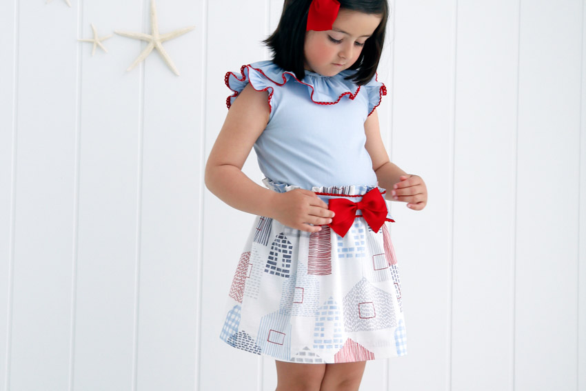 Conjunto de blusa y falda para niña.